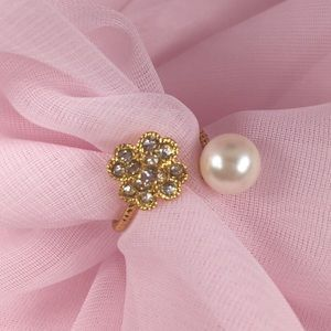 GOLD TONE RING WITH A PEARL & SMALL RHINESTONES